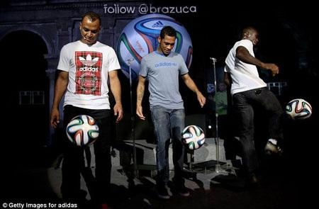 Cafu, Hernanez và Clarence Seedorf biểu diễn với trái bóng Brazuca