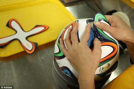 Trái bóng được thiết kế khá sặc sỡ đậm chất samba