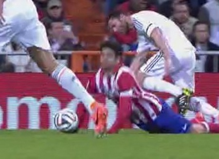 Phút 19: Xabi Alonso và Pepe phạm lỗi từ đằng sau với Diego Costa. Xabi lĩnh thẻ vàng.