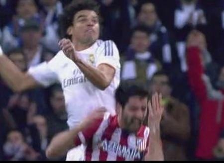 Phút 30: Pepe thúc cùi chỏ vào người Raúl García trong một pha nhảy lên tranh cướp bóng trên không.