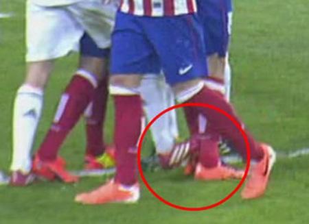 Phút 35: Arbeloa cố tình dẫm vào chân Diego Costa nhưng không có chiếc thẻ phạt nào được đưa ra.