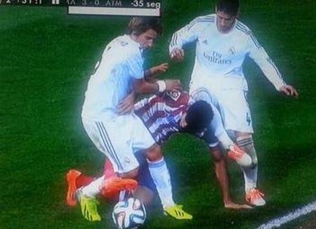 Phút 75: Ramos kê đầu gối vào đầu Diego Costa trong một pha tranh chấp.