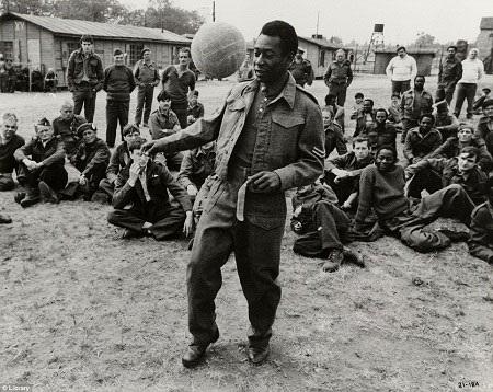 Pele, cầu thủ vĩ đại nhất mọi thời đại xuất hiện trong một cảnh phim