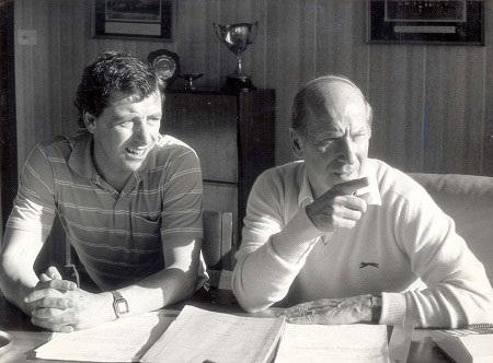 Bobby Charlton (bên phải) hướng dẫn Jossy và các học trò