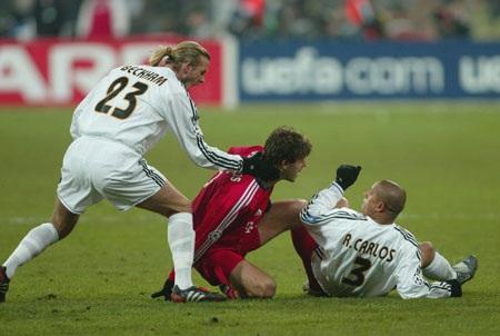 24/02/2004 Bị chơi xấu, Roberto Carlos nổi đóa tát vào mặt Demichelis.