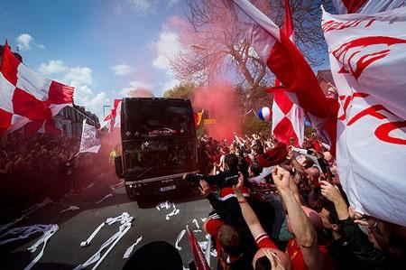 """Người hâm mộ đón chào """"lữ đoàn đỏ"""" trên đường đến Anfield."""