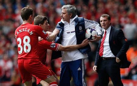 Không nằm ngoài dự đoán, Chelsea nhập cuộc bằng lối chơi phòng ngự tiêu cực.