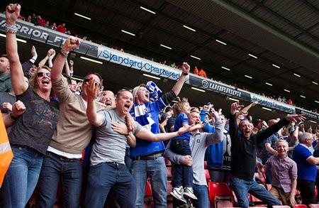Niềm vui của số ít CĐV Chelsea trên thánh địa Anfield.