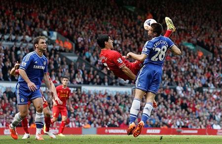Luis Suarez và đồng đội bế tắc đến cùng cực trước hàng phòng ngự tầng tầng lớp lớp của Chelsea.