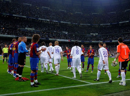 Năm 2008, các cầu thủ Barca từng phải sắp hàng chào đón kình địch Real Madrid