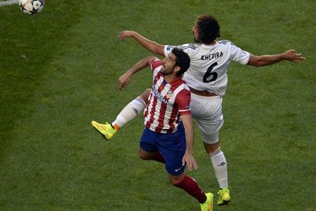 Trận đấu diễn ra căng thẳng, xuất hiện nhiều tình huống va chạm đúng tính chất của một trận derby.