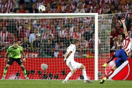 C.Ronaldo uy hiếp khung thành Courtois bằng pha đá phạt sở trường.