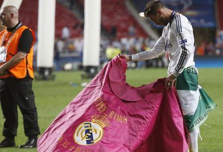 Người hùng Sergio Ramos gợi nhớ huyền thoại Raul với màn trình diễn hình ảnh của một đấu sĩ bò tót.
