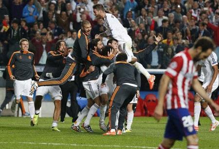 Khi tiếng còi mãn cuộc vang lên, các cầu thủ Real Madrid ùa vào sân với niềm vui vỡ òa.