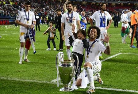 Quá phấn khích, Casillas nhảy santo ăn mừng chức vô địch châu Âu lần thứ 10 của Real Madrid.