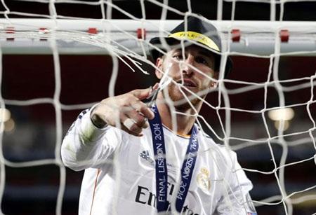 Ramos cắt mành lưới trên sân Da Luz về làm kỷ niệm.