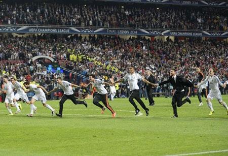 Các cầu thủ áo trắng ăn mừng chiến thắng vĩ đại.