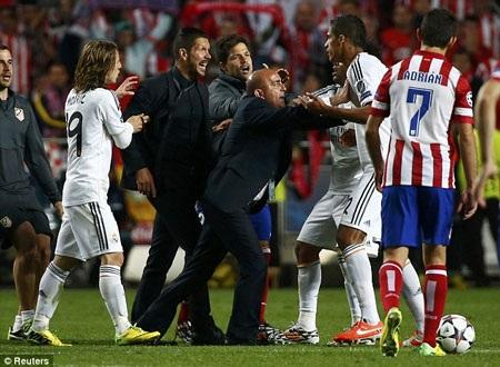 Simeone (trái) lao vào sân gây hấn với Varane (phải) sau bàn thắng thứ 4 của Real