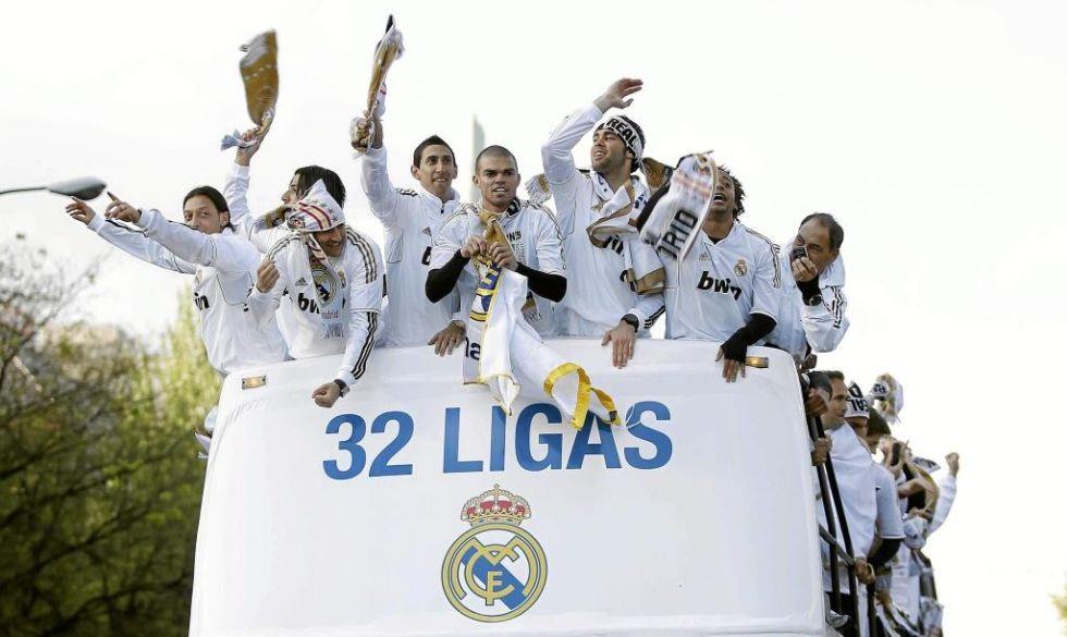Di Maria và đồng đội ăn mừng danh hiệu La Liga 2011-12.