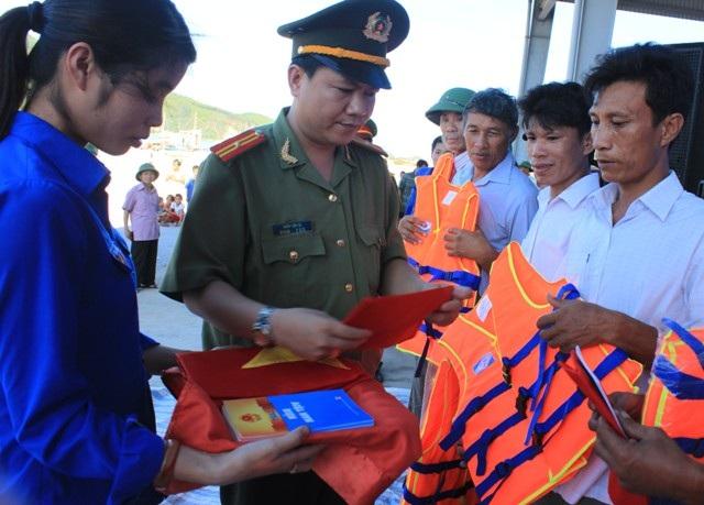 Đoàn Thanh niên Công an tỉnh Thanh Hoá trao cờ Tổ quốc, áo phao và Luật biển Việt Nam đến ngư dân