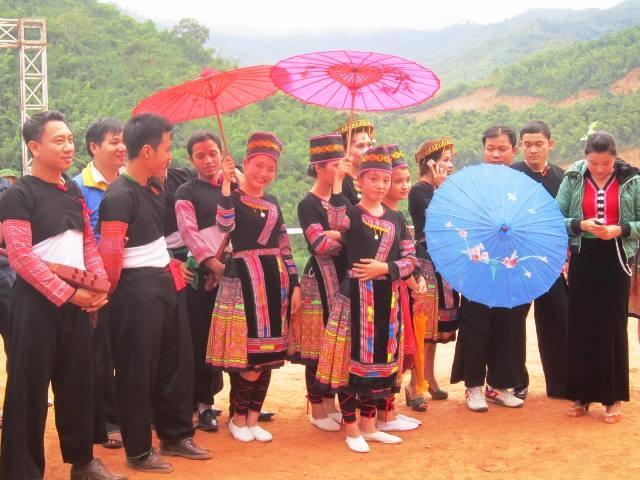 Những ngày chơi xuân, hội hè là cơ hội để nam nữ người H'Mông gặp gỡ rồi hẹn hò nhau