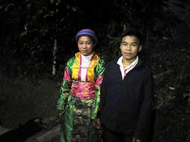 Những đôi vợ chồng người H'Mông trước khi về sống với nhau đều trải qua tục bắt vợ