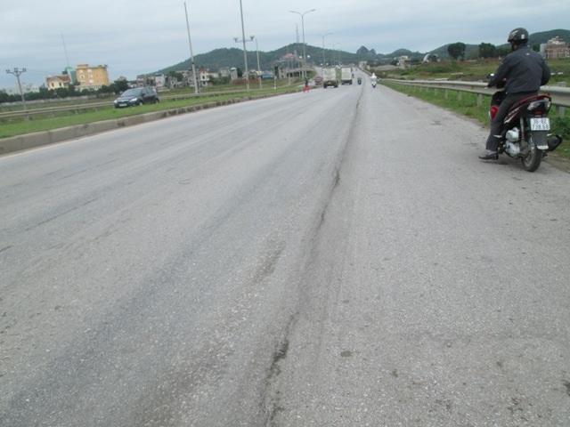 Đoạn đường được chia thành nhiều làn lún lõm