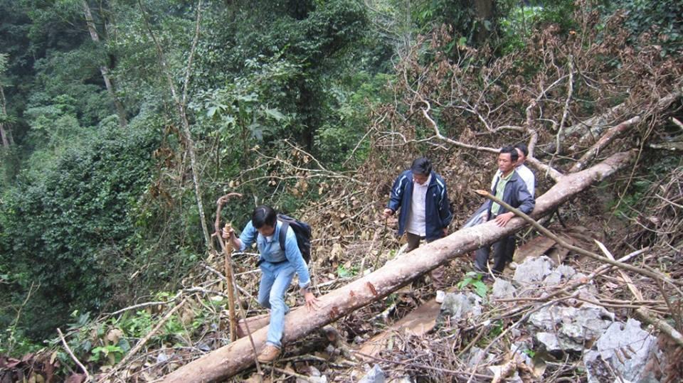 Đường vào Cao Sơn phải leo qua một ngọn núi cao chọc trời