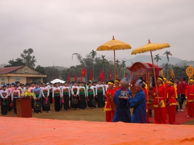 Lễ rước kiệu ra Chùa Mèo, nơi thờ tổ tiên của dòng họ Hà