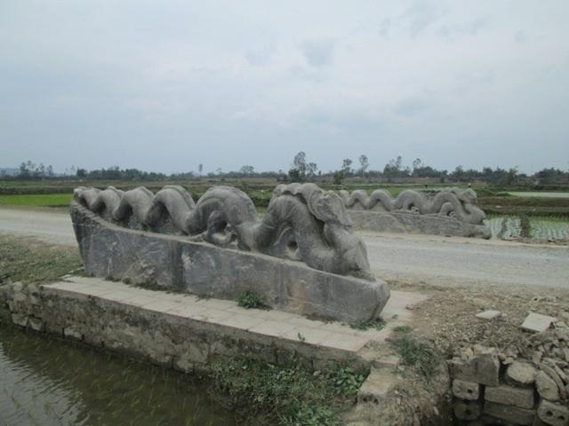 Đôi rồng đá cụt đầu nằm song song trong nội thành từ cổng Nam đi cổng Bắc