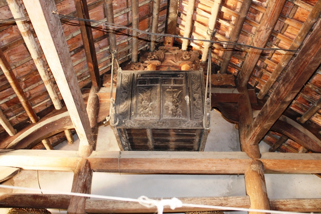 Hòm đựng sắc phong được treo cẩn thận trên trần nhà