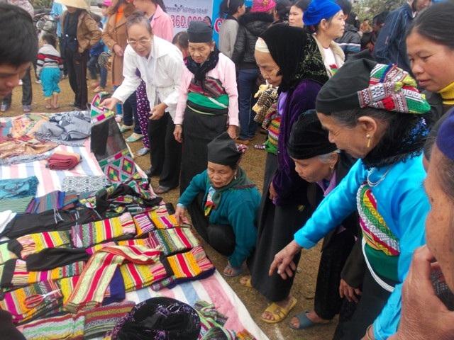 Các gian hàng được xuất hiện trong lễ hội mà sản phẩm là do người dân tự tay làm nên