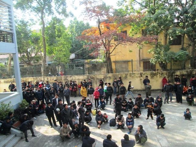 Phòng xử án chật kín nên người dân đến xem tràn cả ra sân tòa