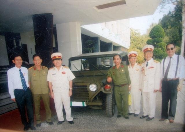 Ông Đào Ngọc Vân và đồng đội cũ chụp ảnh lưu niệm bên chiếc xe Jeep vừa được phục dựng.