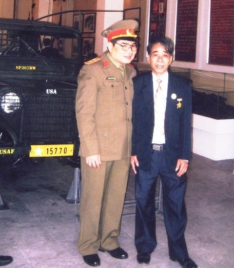 Ông Vân (bên phải) và trung tướng Phạm Xuân Thệ