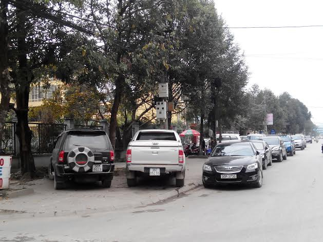 Xe ô tô con dựng tràn lan khắp vỉa hè, lòng đường trên một số trục đường TP Thanh Hóa