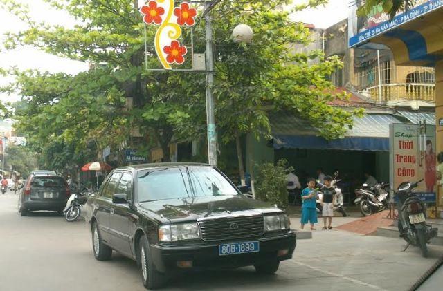 Những chiếc xe biển số xanh cũng đậu đỗ sai quy định