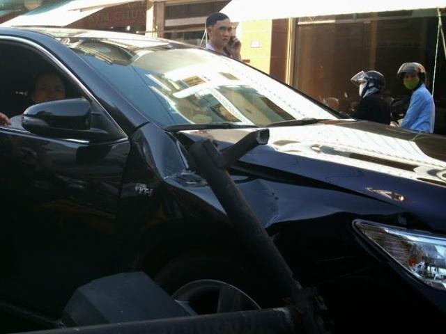 Đầu chiếc ô tô méo mó sau tai nạn bất ngờ từ trên trời rơi xuống