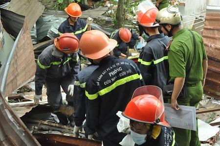Một số hình ảnh cơ quan chức năng đào bới hiện trường vụ nổ.