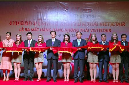 Thủ tướng Nguyễn Tấn Dũng cắt băng tại lễ ra mắt hãng hàng không Thai VietJet Air.