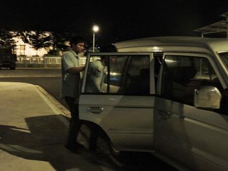 Cơ quan công an dẫn Điểm ra xe để vào trại tạm giam