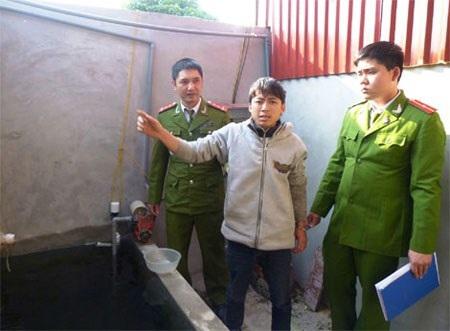Đối tượng Nguyễn Tiến Dũng tại hiện trường vụ án.