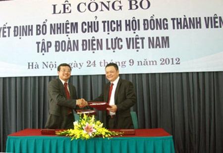 Ông Hoàng Quốc Vượng (trái)khi nhận quyết định bổ nhiệm làm Chủ tịch EVN hơn 2 năm trước.