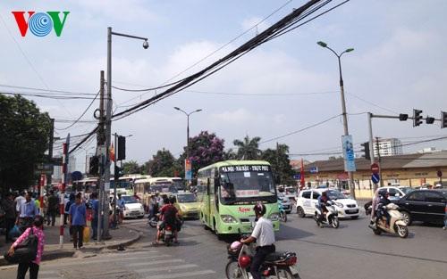 """Những tuyến xe buýt cũng chật như """"nêm cối""""."""