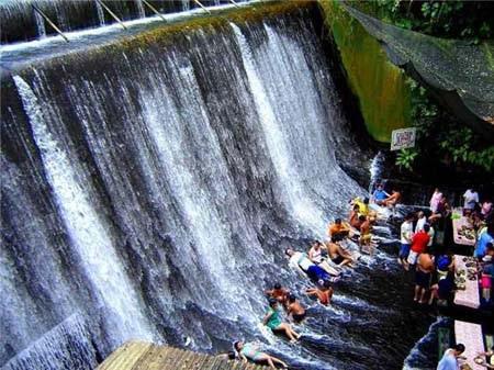 Vừa nhâm nhi đồ uống, du khách còn được chơi đùa thỏa thích dưới chân thác mát rượi.