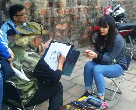 Họa sĩ Minh Đạt đã có 2 năm ra phố ký họa chân dung