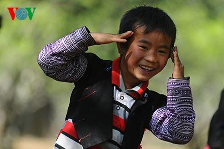 Nụ cười của một cậu bé tại bản Phiêng Cành.