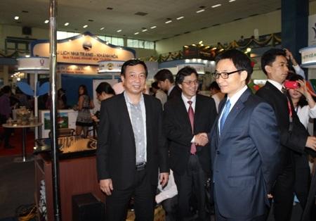 Phó Thủ tướng Vũ Đức Đam tham quan các gian hàng tại Hội chợ