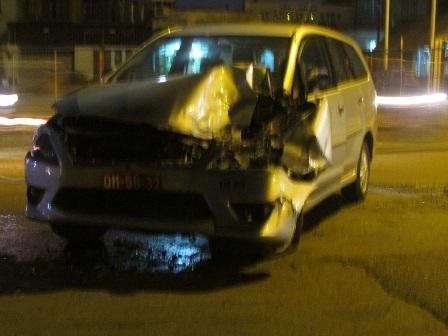 Chiếc xe ô tô 7 chỗ sau khi tông xe khách bị hư hỏng nặng, nằm quay ngang đường
