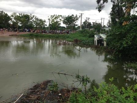 Hiện trường xe buýt mất lái lao xuống hồ nước